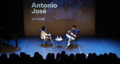 Antonio José charla con Laura Piñero en los encuentros de EL PAÍS.