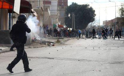 Enfrentamiento entre antidisturbios y manifestantes este martes en Kasserine (norte de Túnez).