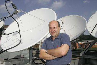 Andoni Ortuzar posa entre las antenas parabólicas en la terraza de la sede central de EITB en Iurreta.