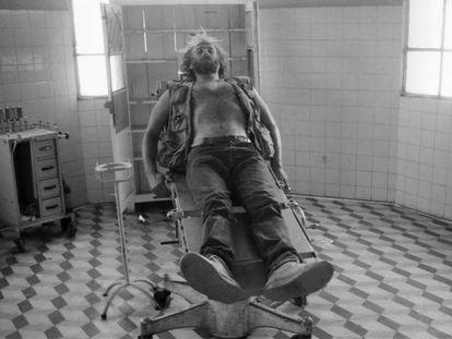 John Liebenberg en el hospital saqueado en Cubal, Angola, en 1993.