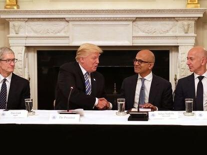 El presidente Trump coin los grandes directivos tecnológicos del pais, incluyendo a Apple (Tim Cook), Microsoft (Satya Nadella) y Amazon (Jeff Bezos), en la Casa Blanca el 19 de junio de 2017