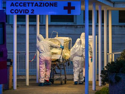 Trabajadores en una unidad de cuidados intensivos en el hospital Gemelli de Roma