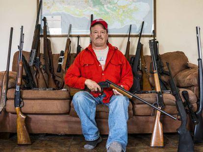 Scott Porter, con algunas de sus armas en su casa de Luisiana.