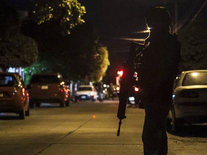 Un militar hace patrulla en Sinaloa.