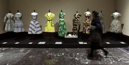 Vestidos exhibidos en la exposición 'Los años 50. La moda en Francia 1947-1957', que se pudo ver en 2015 en el Museo Bellas Artes de Bilbao.