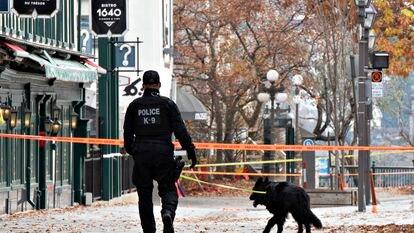 Un policía camina cerca de donde un hombre mató a dos personas en Quebec, este domingo.
