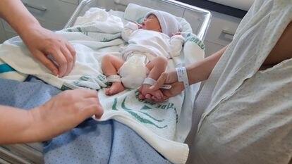 Un niño recién nacido.