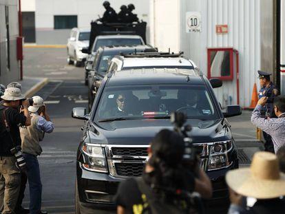 Una caravana de vehículos oficiales escolta a Borge.