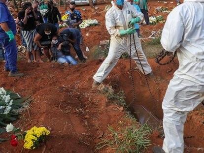 Familiares de Geraldo Magalhaes, muerto por coronavirus, reaccionan con llantos durante el entierro en Vila Formosa, el cementerio más grande de Brasil, en São Paulo,  el 22 de mayo.