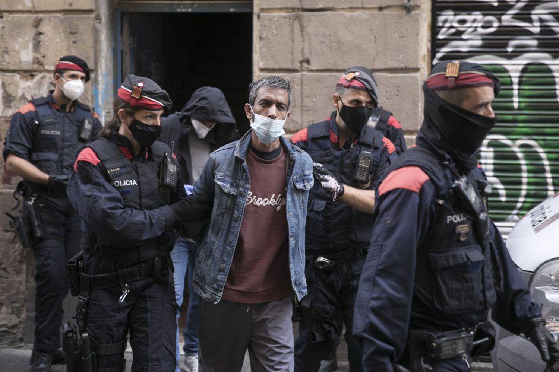 Un hombre es detenido durante una macro operación conjunta de Mossos d'Esquadra, Policia Nacional y Guardia Urbana contra el trafico de droga en el Barrio del Raval de Barcelona.