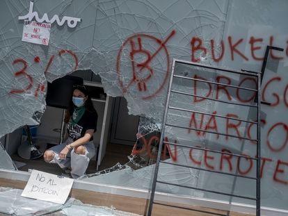 Una mujer manifestante  en el interior de un cajero bitcoin destruido durante la jornada de protestas de este miércoles.