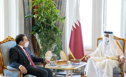 El ministro español de Asuntos Exteriores, José Manuel Albares, con el emir de Qatar, el jeque Tamim bin Hamad al-Thani, este martes.
