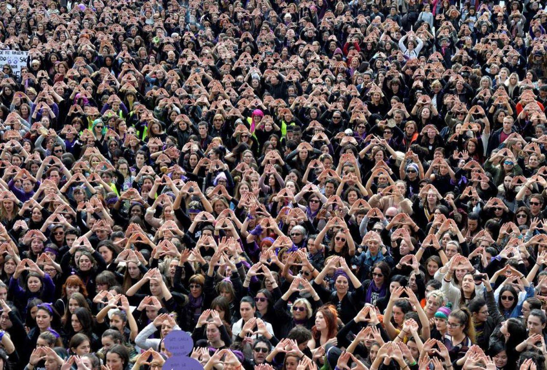 """La imagen de miles de mujeres en Bilbao formando un triángulo y cantando """"A la huelga"""" dio la vuelta al mundo. Lo hicieron en la manifestación de la huelga feminista, en la que salieron a gritar más de 60.000 personas, según la Policía Municipal."""