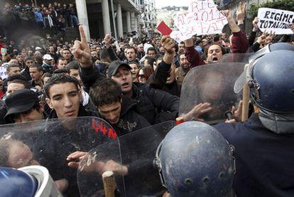 Policías antidisturbios impiden el paso a los asistentes a una protesta en Argel contra el régimen.