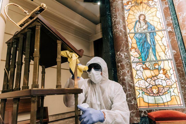 Un militar desinfecta las instalaciones del seminario diocesano de Vitoria, ofrecido por el obispado como alojamiento para personal médico.