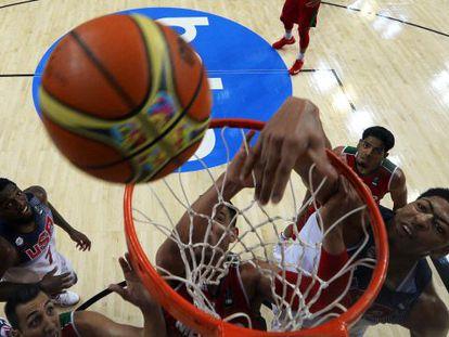 Davis lucha por el balón.