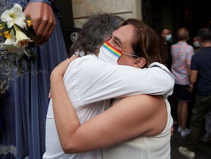 Ada Colau, alcaldesa de Barcelona, y Jordi Cuixart, presidente de Òmnium, se abrazan el día del pregón de las fiestas de Gràcia.  EFE/Alejandro García