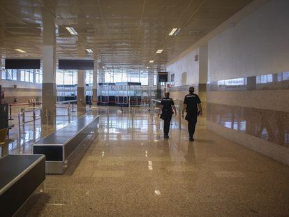 Las dependencias policiales donde se controlan los documentos y equipajes de los pasajeros de Algeciras, vacías por la falta de tránsito.