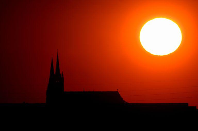 El Sol se pone tras la catedral de Notre Dame de Chartres el pasado jueves.