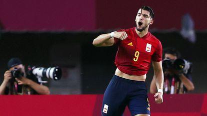 Rafa Mir celebra su segundo gol a Costa de Marfil, el cuarto de España.