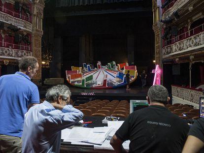 Técnicos del Teatro de la Comedia durante un ensayo de la obra 'El gran mercado del mundo', de Calderón, en 2019.