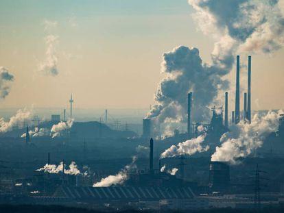 Una columna de humo procedente de una planta química en Oberhausen (Alemania).