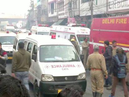 Ambulancias y bomberos, en el lugar del incendio en Nueva Delhi.