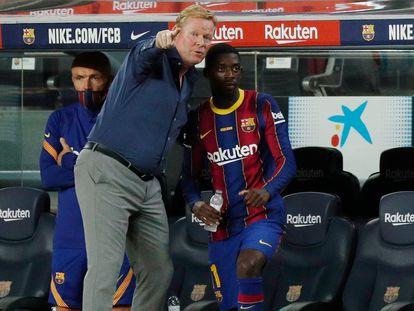 Koeman conversa con Dembélé en el partido ante el Betis.