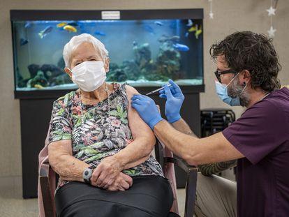 Una mujer recibe la vacuna de Pfizer-BioNTech en Lucerna, Suiza, esta mañana.