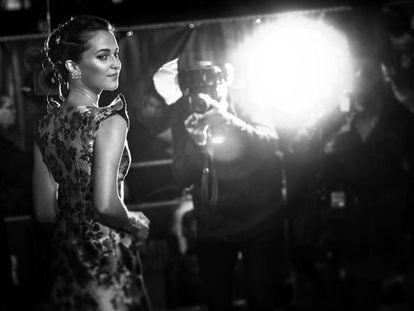Alicia Vikander, el pasado martes en el estreno en Londres de 'Tomb Raider'. En vídeo, el tráiler de la película.