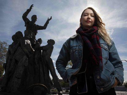 La periodista Margaryta Yakovenko ante el monumento a Antonio Bienvenida, en Las Ventas.