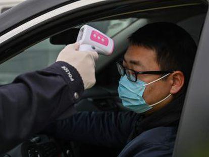 China busca a quienes salieron antes de la cuarentena del epicentro del virus, mientras Hong Kong y Macao les limitan la entrada en su territorio