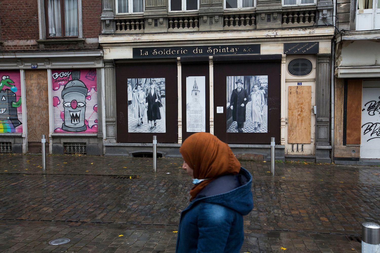 Una mujer camina por Verviers.