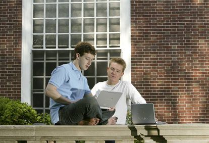 Mark Zuckerberg y Chris Hughes, en 2004.