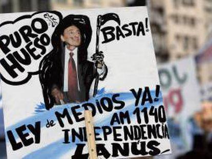 Agrupaciones afines al gobierno nacional marchan, frente al Palacio de Tribunales de Buenos Aires, Argentina, para demandar a la justicia la aplicación y cumplimiento de la ley de Sevicios de Comunicación Audiovisual. EFE/Archivo