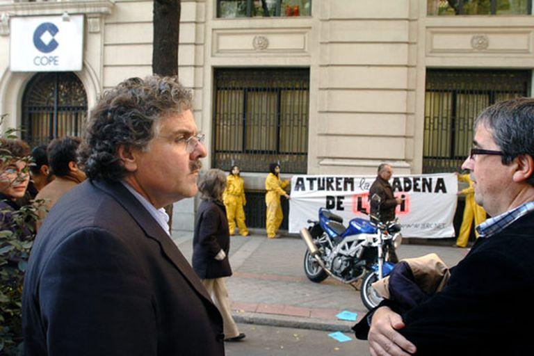 Joan Tardà (izquierda) y Joan Puig, durante la protesta de ERC ante la sede de la Cope.