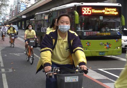 Estudiantes circulan con mascarillas esta semana por un carril bici en Taipei