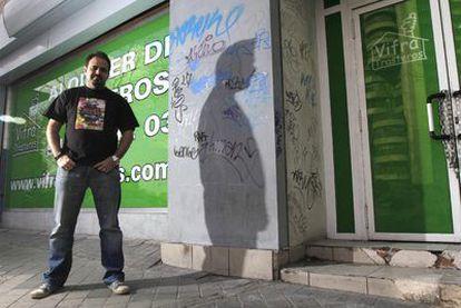 El director de cine aficionado Antonio de Prada ante la puerta de lo que fue el local Rock-Ola.