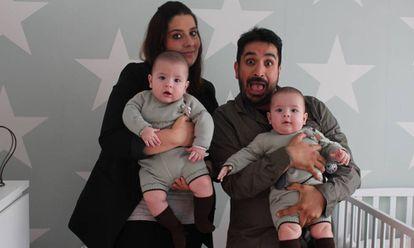 Raquel Lubians y Antón Cruces, con sus mellizos Antón y Tomás.