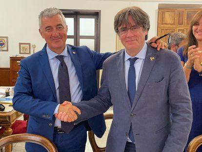 El alcalde de Alger, Mario Conoci (a la izquierda) y Carles Puigdemont, en una reunión mantenida el sábado con el expresident en Cerdeña.