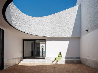Ubicada en un pueblo de Huelva, la Casa Borrero reinterpreta la vivienda arquetípica andaluza bajo los códigos del diseño contemporáneo, con una sinuosa fachada y un envolvente patio.