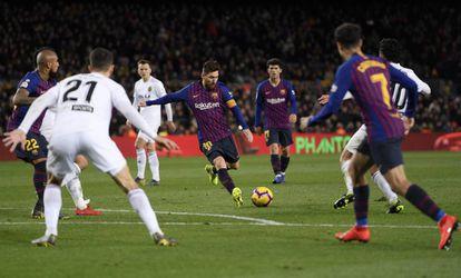 Leo Messi logra el gol del empate para el Barcelona.