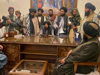 Varios talibanes, este domingo en el palacio presidencial de Kabul.