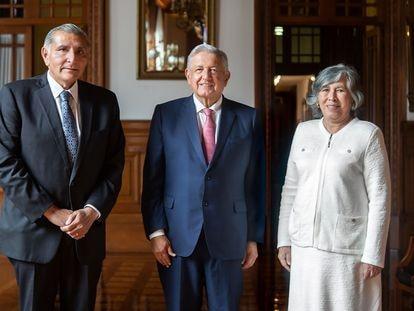 El secretario de Gobernación, Adán Augusto López; el presidente de México, Andrés Manuel López Obrador y la nueva consejera jurídica. María Estela Ríos González.