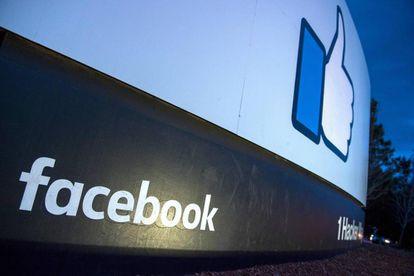 Un luminoso a la entrada de la sede central de Facebook en Menlo Park, California.