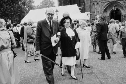 Philip Larkin, con su pareja, Monica Jones, en el funeral por el poeta laureado John Betjeman en la Abadía de Westminster el 29 de junio de 1984, en Londres.
