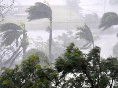 Primeros vientos del ciclón Debbie en la playa de Airlie, en Townsville (Australia), esta madrugada.