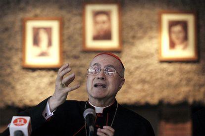 El cardenal Tarcisio Bertone, durante su rueda de prensa en Santiago de Chile.