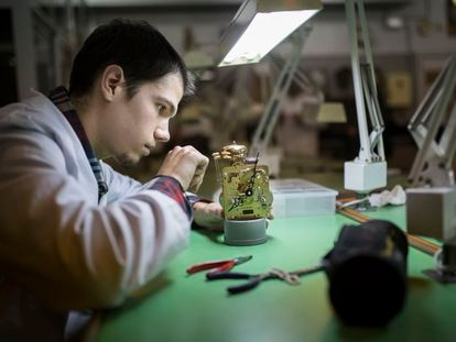 Un estudiante en un curso de FP para relojeros en Barcelona, en una imagen de archivo.