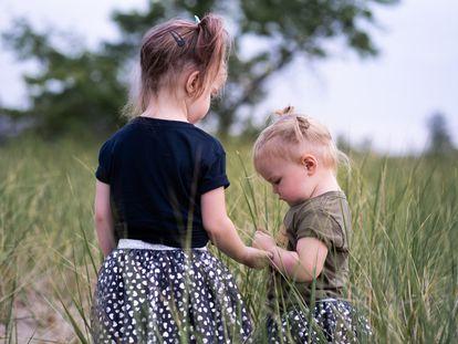 Dos hermanas charlando en el campo.